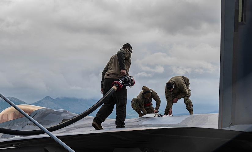Airmen preps an F-22.