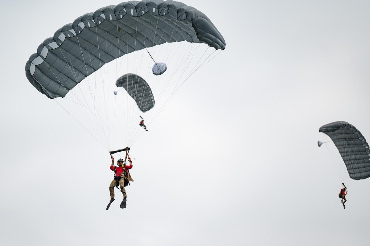 Photo of Airmen parachuting