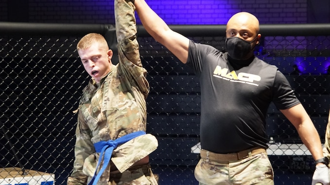 2CR Soldiers face off during Fight Night