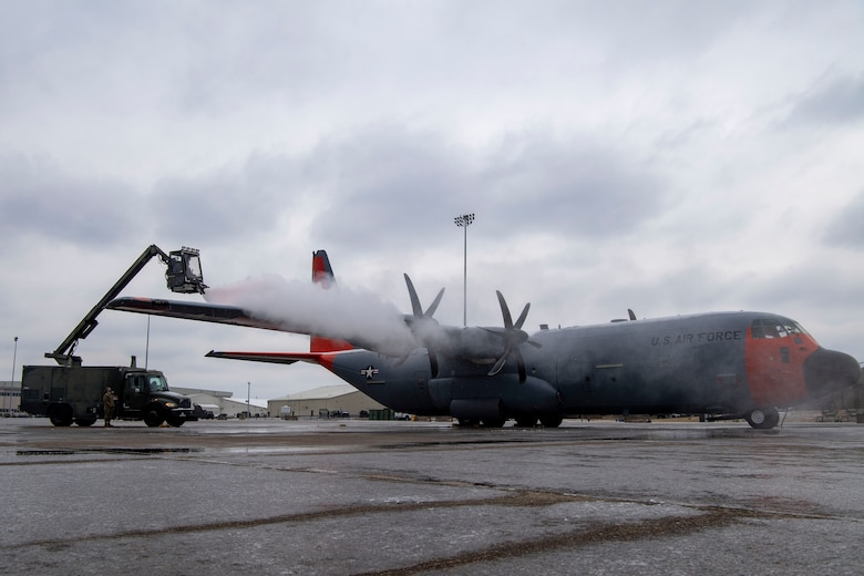Airmen from the 19th AMXS de-ice a C-130.