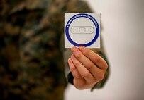 キャンプ・フォスターにある米海軍病院で新型コロナワクチンを接種した後、与えられるステッカー、沖縄県宜野湾市、2021年2月18日