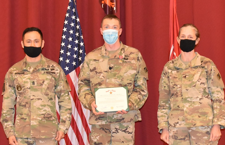 Lieutenant Colonel Paul Sipe, Afghanistan District is presented the Bronze Star Medal from Transatlantic Division Command Sergeant Major Delfin Romani and Brigadier General Kimberly Colloton, Transatlantic Division Commander during a Town Hall held at Camp Arifjan, Kuwait on February 4. (Photo by Rick Benoit)