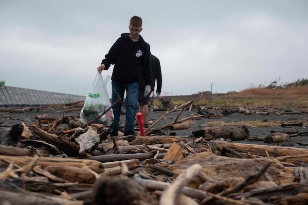 キャンプ富士に所属するウィリス2等兵が12月30日、沼津市の海岸で清掃活動に参加、海岸に流れ着いたゴミを拾っています。