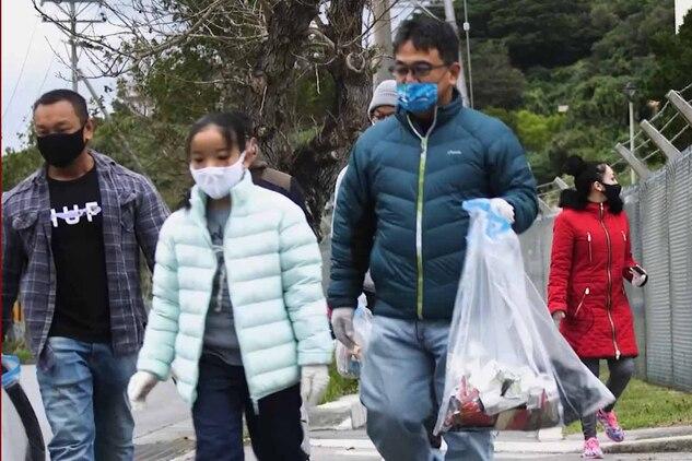 うるま市にある米海兵隊基地キャンプ・コートニーから出発した海兵隊員と地元住民が、約2キロの道のりでゴミを拾いました。