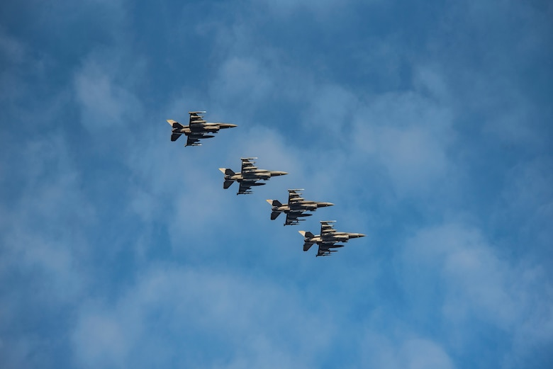 Image of four F-16 Vipers flying through the air.