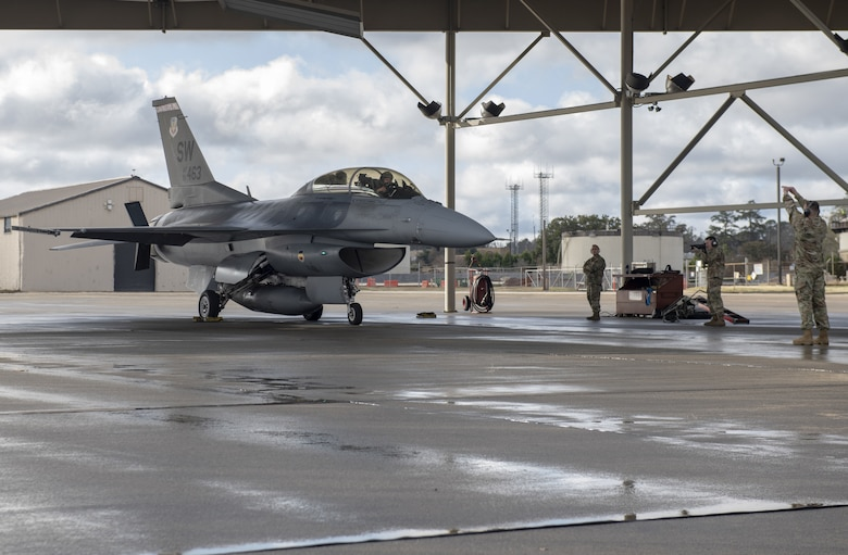 Photo of F-16 maintainers launching F-16