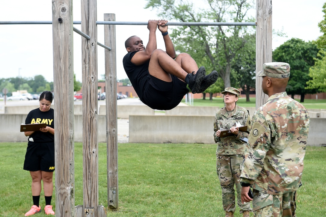 Master Sgt. Desmond J. Eskridge, Operations Non-commissioned Officer, 85th U.S. Army Reserve Support Command, performs a leg tuck during a diagnostic Army Combat Fitness Test, July 10, 2021.