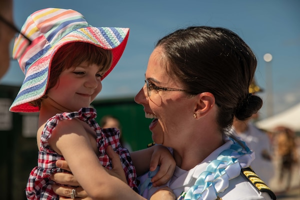 Commander Shelby Nikitin, executive officer of the Arleigh Burke-class guided-missile destroyer USS Thomas Hudner (DDG 116), reunites with her daughter following the ship's return from deployment.