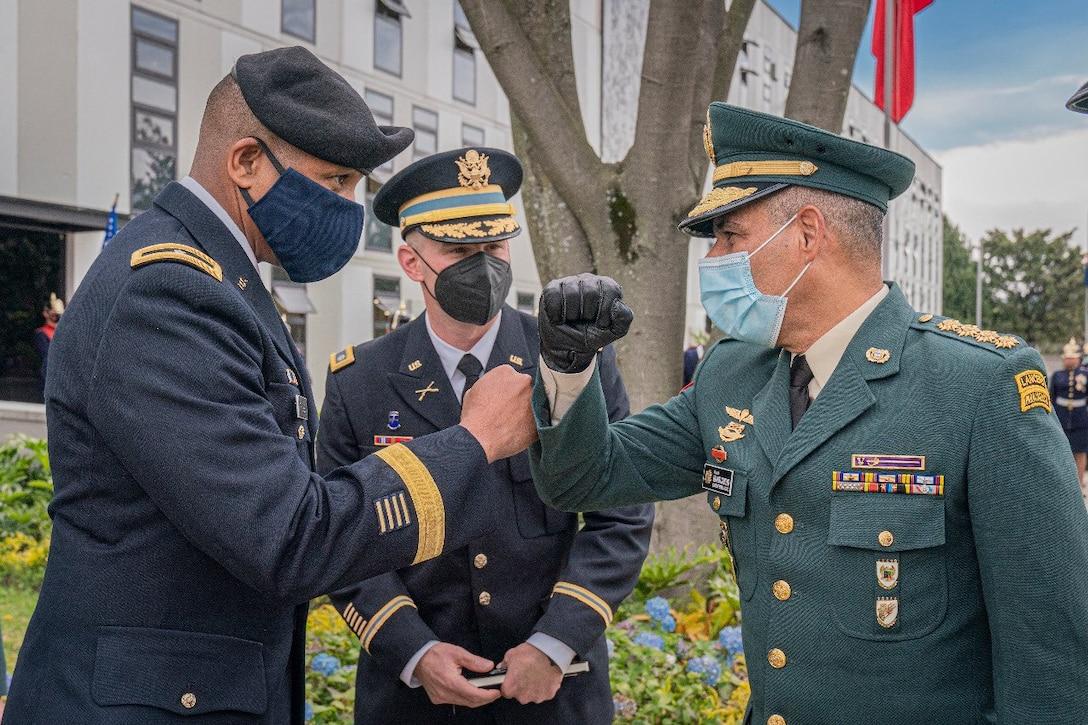 Brig. Gen. William L. Thigpen (left), U.S. Army South commanding general, meets Gral. Eduardo Enrique Zapateiro Altamiranda (right), Colombian National Army commanding general, July 21 in Bogotá, Colombia.