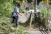 米海兵隊基地キャンプ・シュワブに配属されている海兵隊員が、30度越えの真夏日の中、県道13号線沿いにある歩道の草刈り作業に汗を流す、沖縄県名護市豊原、2021年6月3日