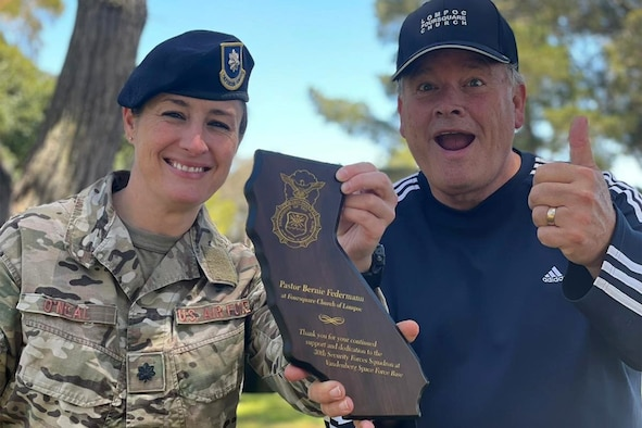 Photo of Honorary Commander Bernie Federmann receiving award