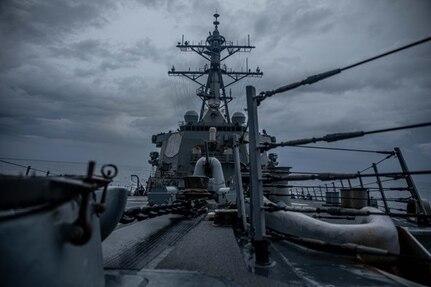 7th Fleet Destroyer transits Taiwan Strait