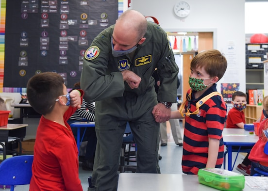 Leaders for Readers; 31 FW commander reads book to Aviano AB children