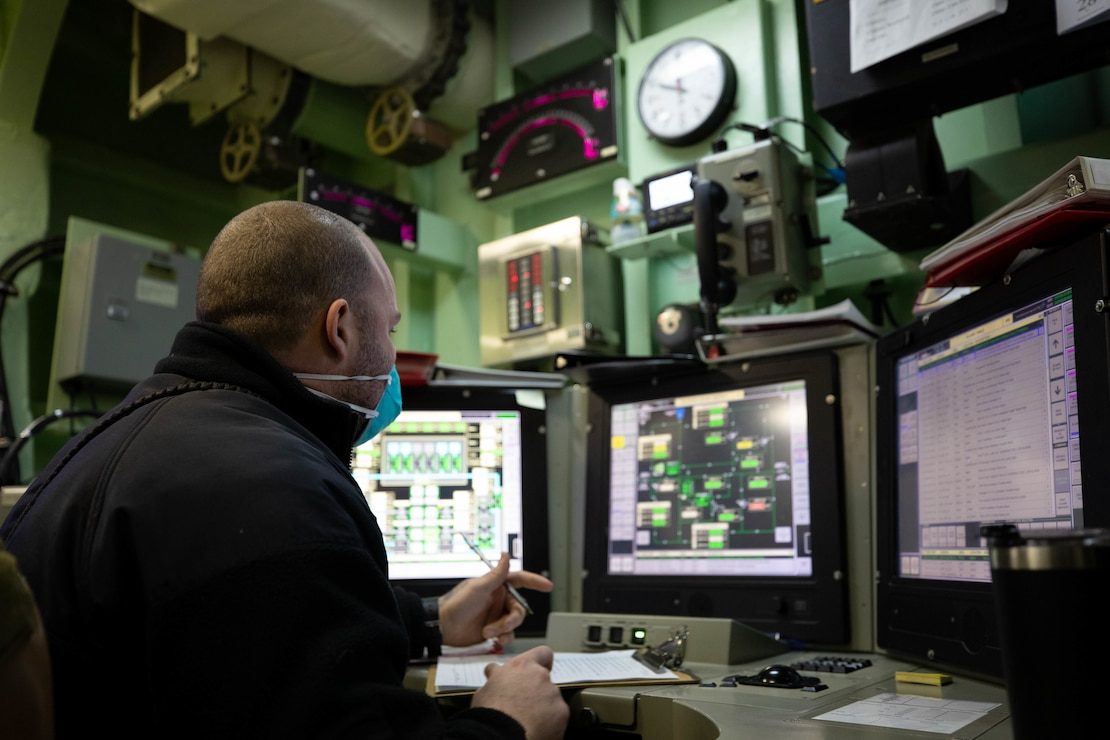 Chief Engineman Vicente Cruz conducts monitors the Machinery Plant Control and Monitoring System (MPCMS) in the Casualty Control Station (CCS)/Damage Control Center (DC) aboard the Freedom-variant littoral combat ship USS Sioux City (LCS 11).