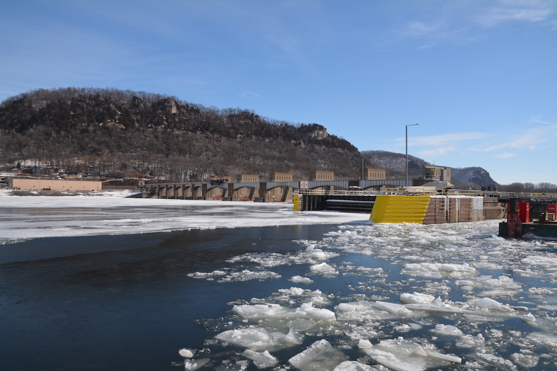 Tow rail repairs ongoing at Lock and Dam 5A
