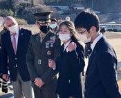 宮城県気仙沼大島で2021年3月7日に執り行われた「トモダチ作戦」記念式典に参加した、左から、ロバート・エルドリッジ博士、ケーレブ・イームズ海兵隊少佐、菊田玲子さん、菊田航さん