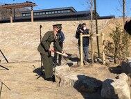 宮城県気仙沼大島で2021年3月7日に執り行われた「トモダチ作戦」記念式典に参加したケーレブ・イームズ海兵隊少佐