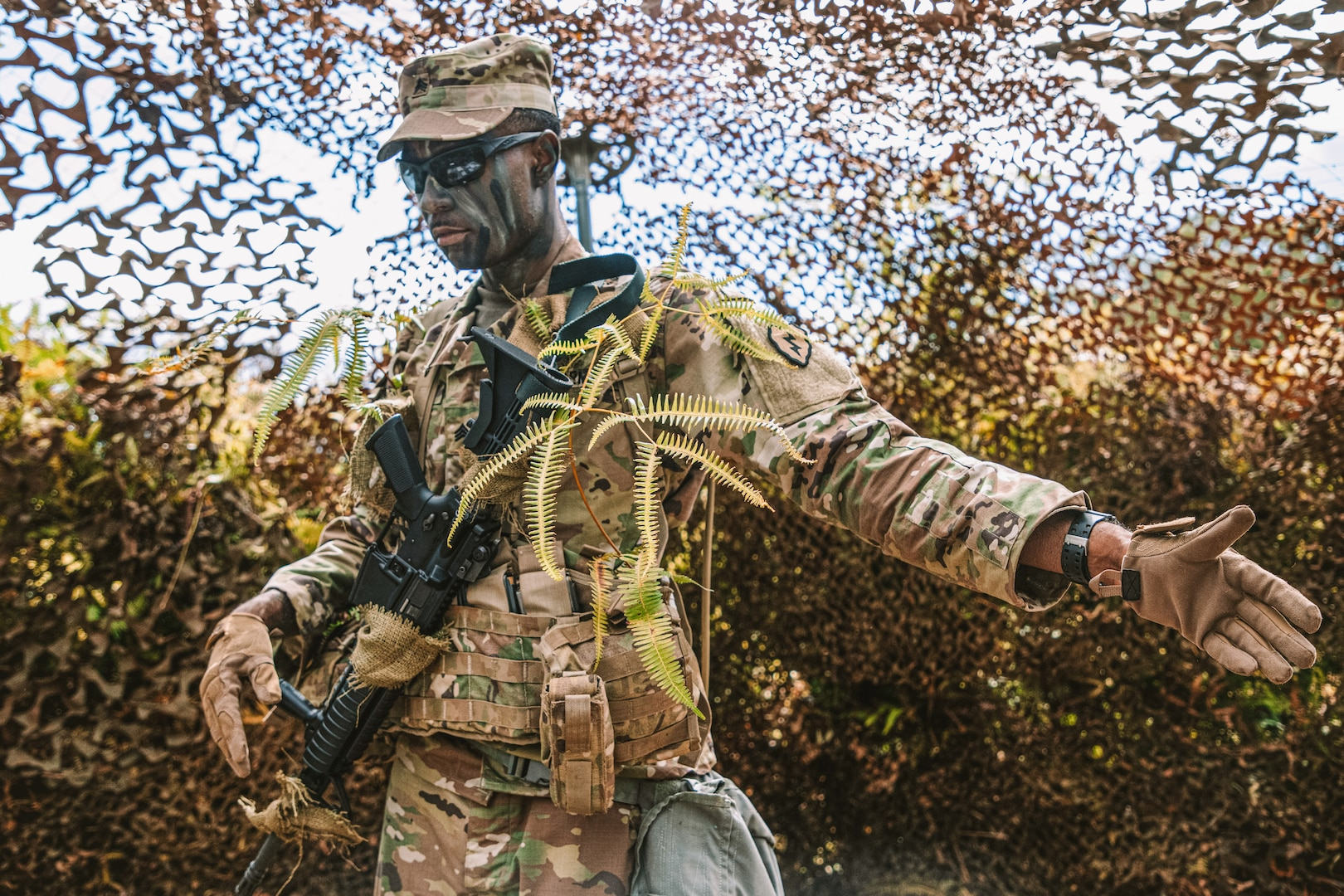 Soldier assigned to 209th Aviation Support Battalion, 25th Combat Aviation Brigade, 25th Infantry Division, uses hand signals during 25th Infantry Division Noncommissioned Officer and Soldier of the Year competition at Schofield Barracks, Hawaii, June 2, 2020 (U.S. Army/Sarah D. Sangster)
