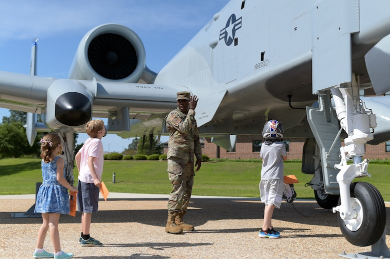 Airman talking to kids about A-10 attack aircraft