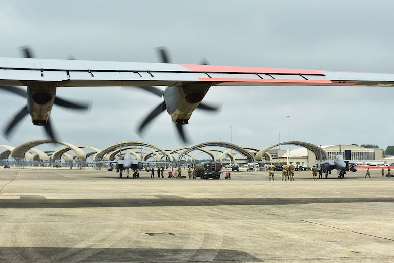 Airmen assigned to the 4th Fighter Wing conduct an integrated combat turn