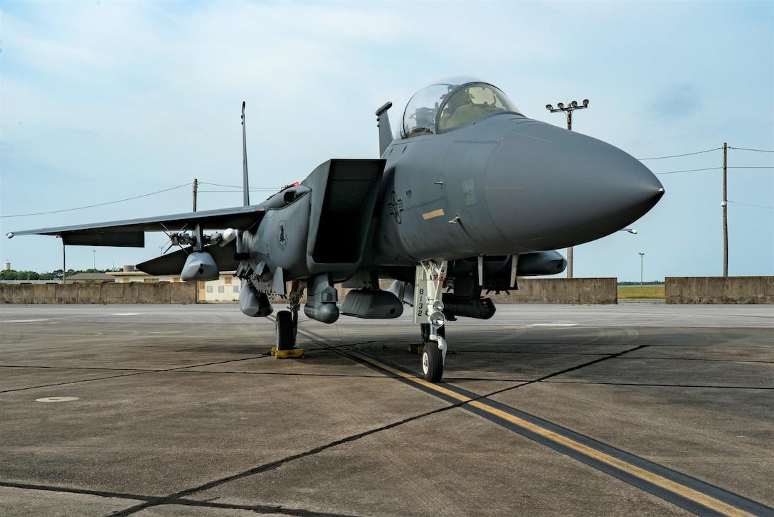 An F-15E Strike Eagle sits on the ramp with five JASSMs loaded