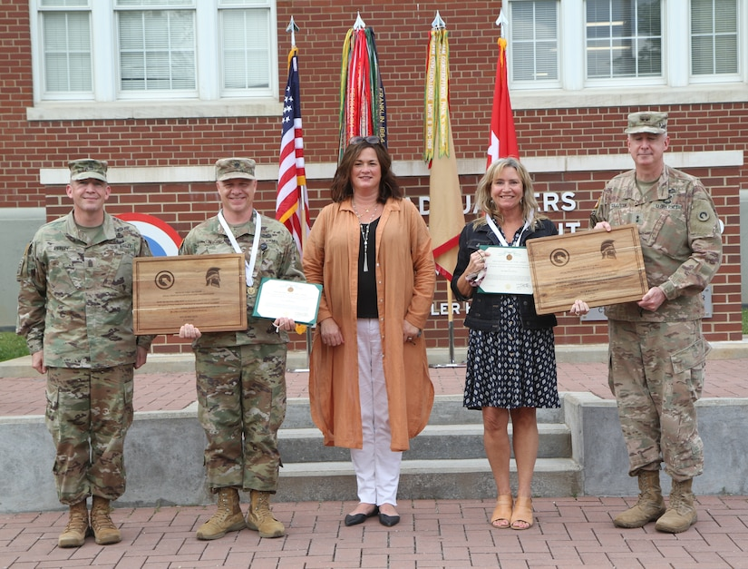 volunteer awardees with commanding general and wife