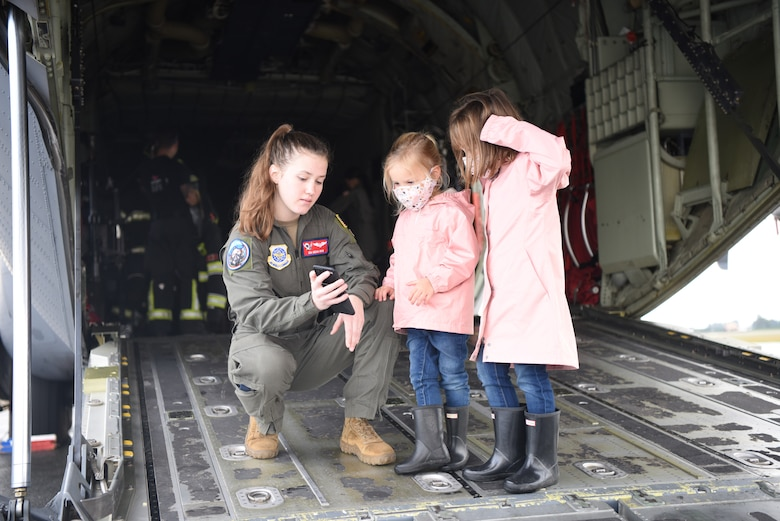 """All-female crew supports """"The Sky's No Limit: Girls Fly Too"""" outreach event in Canada"""