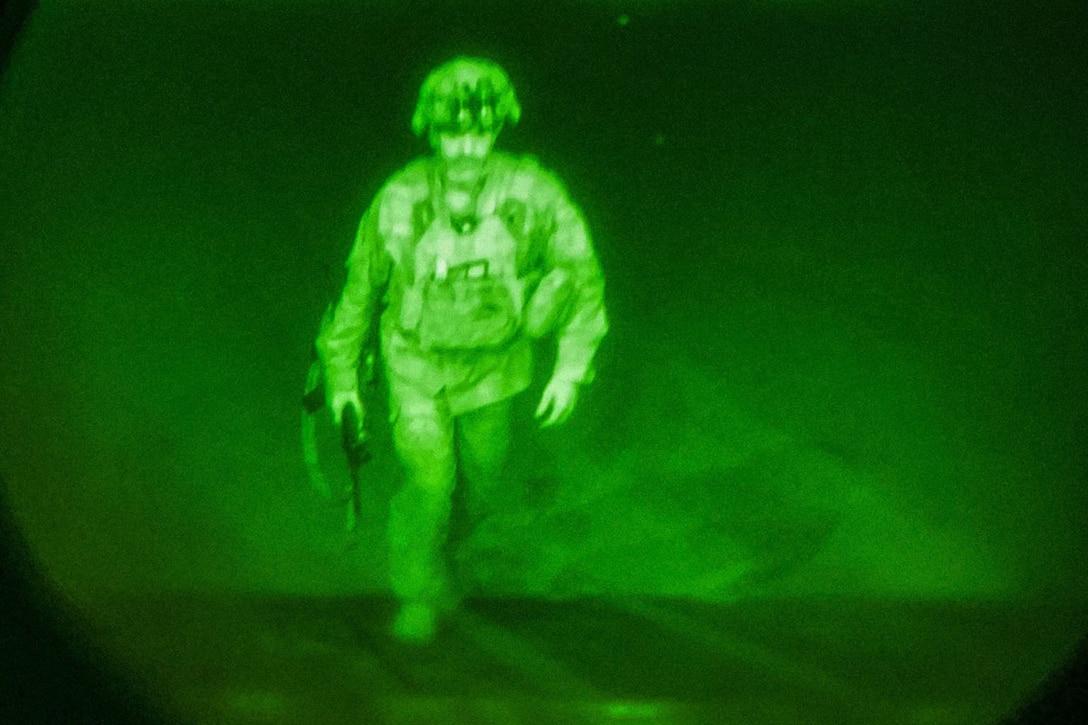 Visto attraverso una lente per la visione notturna, un soldato sale su una rampa su una linea di volo.